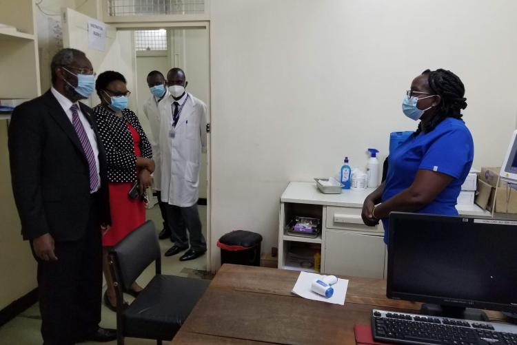 Vice Chancellor visits vaccination room